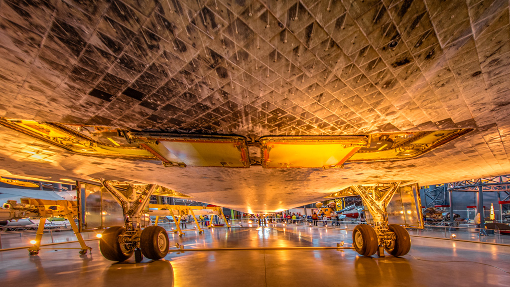 Shuttle_Discovery_Underbelly